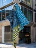 LONDON/UK - 15 DE AGOSTO: Escultura moderna de la calle cerca de Victoria St Fotos de archivo libres de regalías