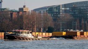 LONDON/UK - 13 DE FEBRERO: La recuperación que tira de los envases traga el Ri Fotografía de archivo