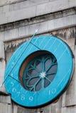 LONDON/UK - 13 DE FEBRERO: Reloj de sol atado a la abadía de Westminster Imagen de archivo libre de regalías