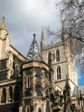 LONDON/UK - 24 DE FEBRERO: Vista de la torre de la catedral de Southwark y Fotos de archivo libres de regalías