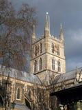 LONDON/UK - 24 DE FEBRERO: Vista de la torre de la catedral de Southwark y Imagenes de archivo