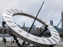 LONDON/UK - 15 DE JUNIO: Dial de The Sun cerca del puente de la torre en Londres o Imágenes de archivo libres de regalías