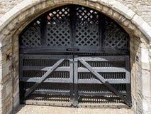 LONDON/UK - 15 DE JUNIO: Vista de la puerta del traidor en la torre de Imagen de archivo libre de regalías