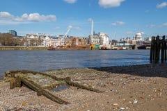 LONDON/UK - 21 DE MARÇO: Vista abaixo da Tamisa a St Pauls Cathedra Fotos de Stock