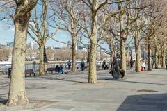 LONDON/UK - 21 DE MARÇO: Vista ao longo do banco sul em Londres no miliampère foto de stock