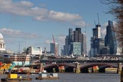 LONDON/UK - 21 DE MARZO: Vea abajo del Támesis a la ciudad de Londo Fotos de archivo libres de regalías