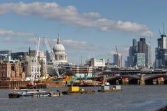 LONDON/UK - 21 DE MARZO: Vea abajo del Támesis a la ciudad de Londo Imágenes de archivo libres de regalías