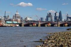 LONDON/UK - 21 DE MARZO: Vea abajo del Támesis a la ciudad de Londo Imagenes de archivo