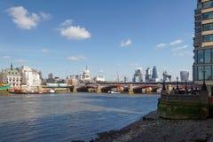 LONDON/UK - 21 DE MARZO: Vea abajo del Támesis a la ciudad de Londo Foto de archivo