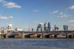 LONDON/UK - 21 DE MARZO: Vea abajo del Támesis a la ciudad de Londo Fotos de archivo