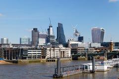 LONDON/UK - 21 DE MARZO: Vea abajo del Támesis a la ciudad de Londo Imagen de archivo libre de regalías