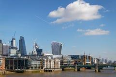 LONDON/UK - 21 DE MARZO: Vea abajo del Támesis a la ciudad de Londo Foto de archivo libre de regalías