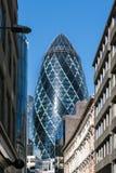 LONDON/UK - 7 DE MARZO: Vista del edificio del pepinillo en Londres encendido fotografía de archivo libre de regalías