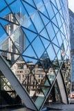 LONDON/UK - 7 DE MARZO: Vista del edificio del pepinillo en Londres encendido fotografía de archivo
