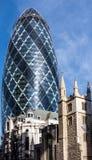 LONDON/UK - 7 DE MARZO: Vista del edificio del pepinillo en Londres encendido imagen de archivo