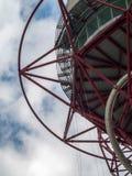 LONDON/UK - 13 DE MAYO: La escultura de la órbita de ArcelorMittal en el Qu Fotos de archivo