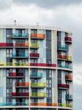 LONDON/UK - 13 DE MAYO: Nuevo bloque de apartamentos brillantemente coloreado en el St Fotografía de archivo