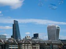 LONDON/UK - 12 DE SEPTIEMBRE: Burbujas que soplan en toda la ciudad de Lo Imagenes de archivo