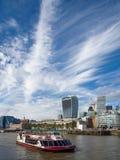 LONDON/UK - 12 DE SETEMBRO: Barco de turista que cruza ao longo do rio fotografia de stock royalty free