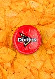 LONDON UK - DECEMBER 01, 2017: Doritos tortillachiper med det varma salsadoppet Royaltyfri Foto