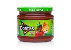 LONDON UK - DECEMBER 01, 2017: Doritos tortillachiper med mild salsa doppar på vit Arkivfoto