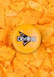 LONDON UK - DECEMBER 01, 2017: Doritos tortillachiper med Nacho Cheese Dip Fotografering för Bildbyråer
