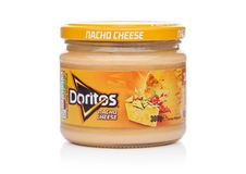 LONDON UK - DECEMBER 01, 2017: Doritos tortillachiper med Nacho Cheese Dip på vit Fotografering för Bildbyråer
