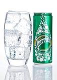 LONDON UK - DECEMBER 06, 2016: Exponeringsglas med is och tenn av Perrier kolsyrat vatten Perrier är ett franskt märke av naturli Arkivfoton