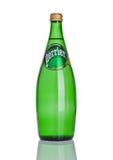 LONDON UK - DECEMBER 06, 2016: Flaska av Perrier kolsyrat vatten Perrier är ett franskt märke av såld naturlig buteljerad mineral Fotografering för Bildbyråer