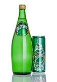 LONDON UK - DECEMBER 06, 2016: Flaska och tenn av Perrier kolsyrat vatten Perrier är ett franskt märke av den naturliga buteljera Arkivbild