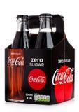 LONDON UK - DECEMBER 01, 2017: Flaskpacke av nollcocaen - cola på vit Coca - cola är en av de populäraste sodavattenprodukterna i Arkivbild