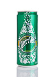 LONDON UK - DECEMBER 06, 2016: Tenn av Perrier mousserande mineralvatten Perrier är ett franskt märke av naturlig buteljerad mine Royaltyfria Foton