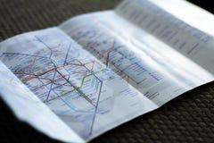 LONDON UK - DECEMBER 2018: Underjordisk tunnelbanaöversiktsflayer av den London gångtunnelen royaltyfri bild