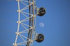 london uk 04 20 2016 En närbildsikt av det London ögat med månen i bakgrunden Arkivbild