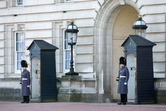 LONDON/UK - 18 FEBBRAIO: Guardie in cappotti pesanti sul dovere di sentinella a fotografia stock libera da diritti