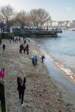 LONDON/UK - 13. FEBRUAR: Leute, die auf dem Strand auf dem Sou spielen Stockbild