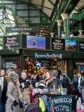 LONDON/UK - 24. FEBRUAR: Leute, die in der Stadt sich amüsieren Stockfotos