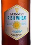 LONDON UK - FEBRUARI 02, 2018: Buteljera etiketten av Guinness irländskt veteöl på vit Royaltyfri Foto