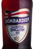LONDON UK - FEBRUARI 02, 2018: Buteljera etiketten av härligt engelskt ölöl för bombardieren på vit Arkivbild