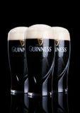 LONDON UK - FEBRUARI 26, 2017: Exponeringsglas av Guinness original- öl på svart bakgrund Guinness öl har producerats efter 1759 Royaltyfria Bilder