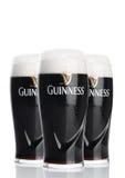LONDON UK - FEBRUARI 26, 2017: Exponeringsglas av Guinness original- öl på vit bakgrund Guinness öl har producerats efter 1759 Arkivbilder