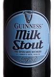 LONDON UK - FEBRUARI 02, 2018: Flasketiketten av Guinness mjölkar kraftigt mörkt öl på vit Arkivfoton