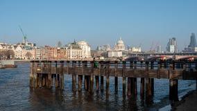 LONDON/UK - FEBRUARI 13: Folk på en brygga på Southbanken av Royaltyfri Fotografi