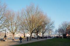 LONDON/UK - FEBRUARI 13: Folk som in går vid flodThemsen Arkivfoton