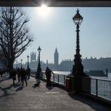 LONDON/UK - FEBRUARI 13: Folk som in går vid flodThemsen Arkivfoto