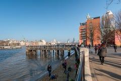 LONDON/UK - FEBRUARI 13: Folk som in kopplar av vid flodThemsen Arkivbild