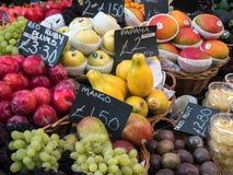 LONDON/UK - FEBRUARI 24: Frukt som är till salu i stadmarknad i Lo Arkivbilder