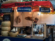 LONDON/UK - 24 FEBRUARI: Kaas en Worsten voor Verkoop in Boroug Stock Foto's