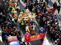 LONDON UK - 14 FEBRUARI 2016: Kinesiska barn för nytt år i haka Arkivfoto