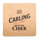 LONDON UK - FEBRUARI 04, 2018: Kustfartyg för beermat för Carling äppeljuice som original- isoleras på vit Arkivfoto